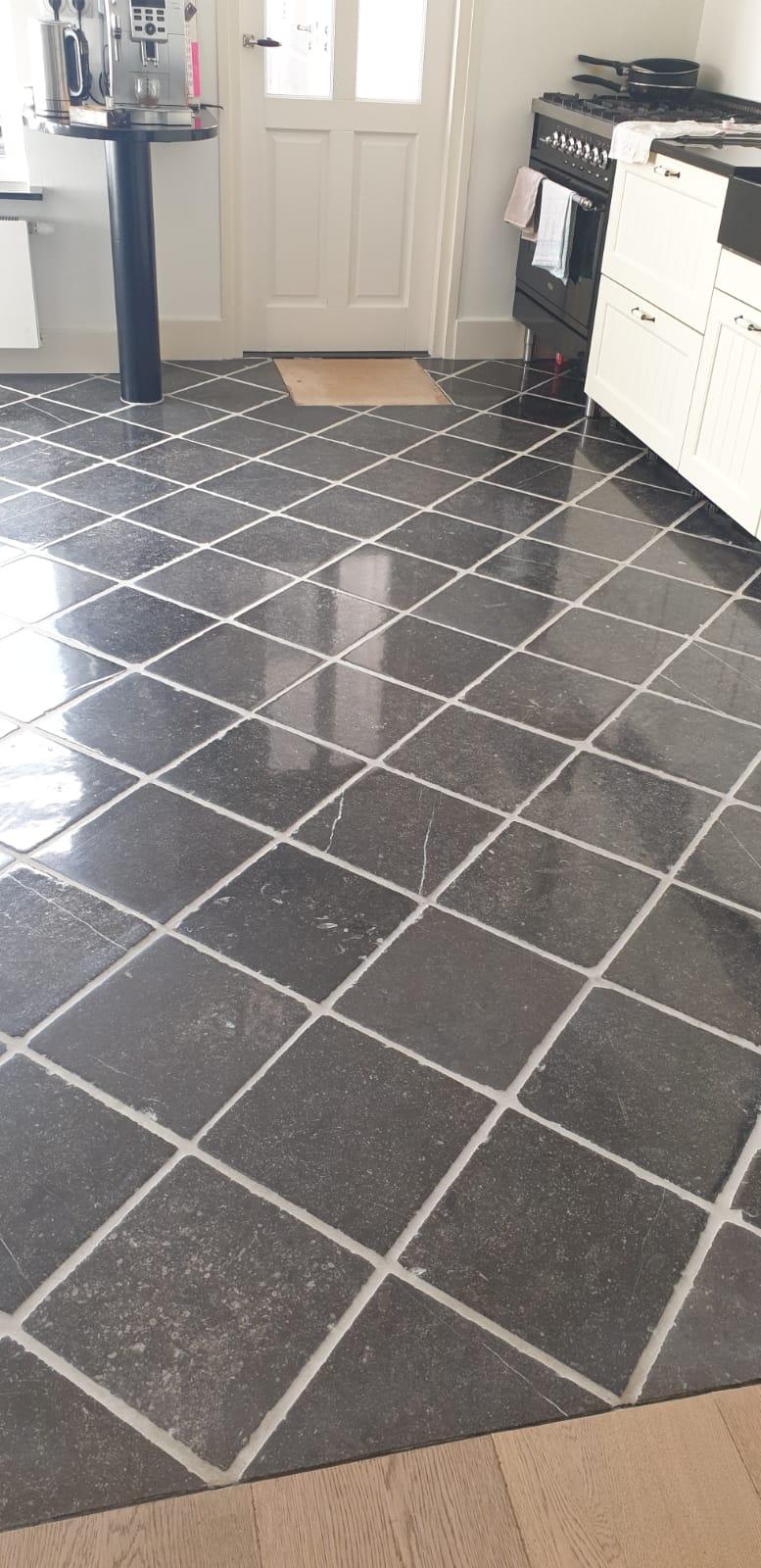 Na Reiniging Belgisch hardsteen vloer keuken