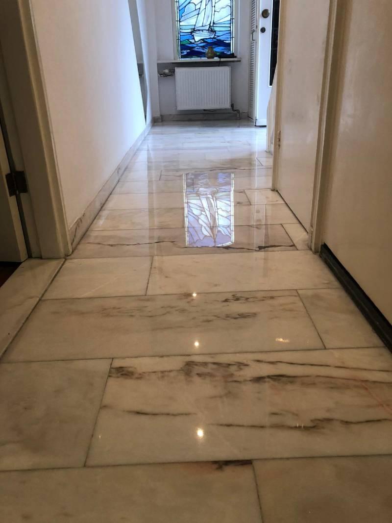 Marmer vloer gang na reiniging